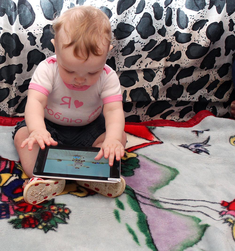 Еся (10 месяцев) и планшет
